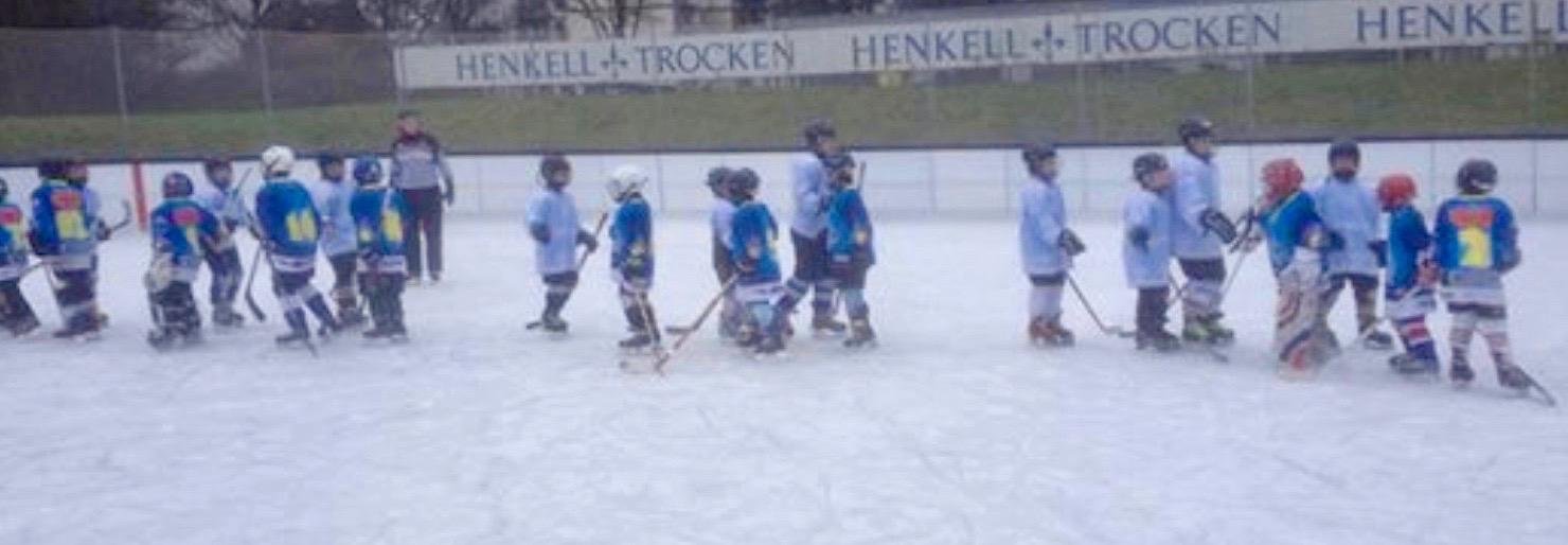 Eissport-Vereine: Jungen trainieren in blauen Eishockey-Trikots auf der Henkell-Kunsteisbahn