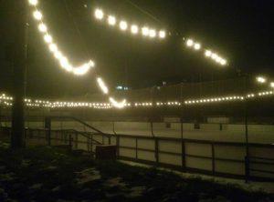 Eisbahn mit Beleuchtung an Weihnachten.