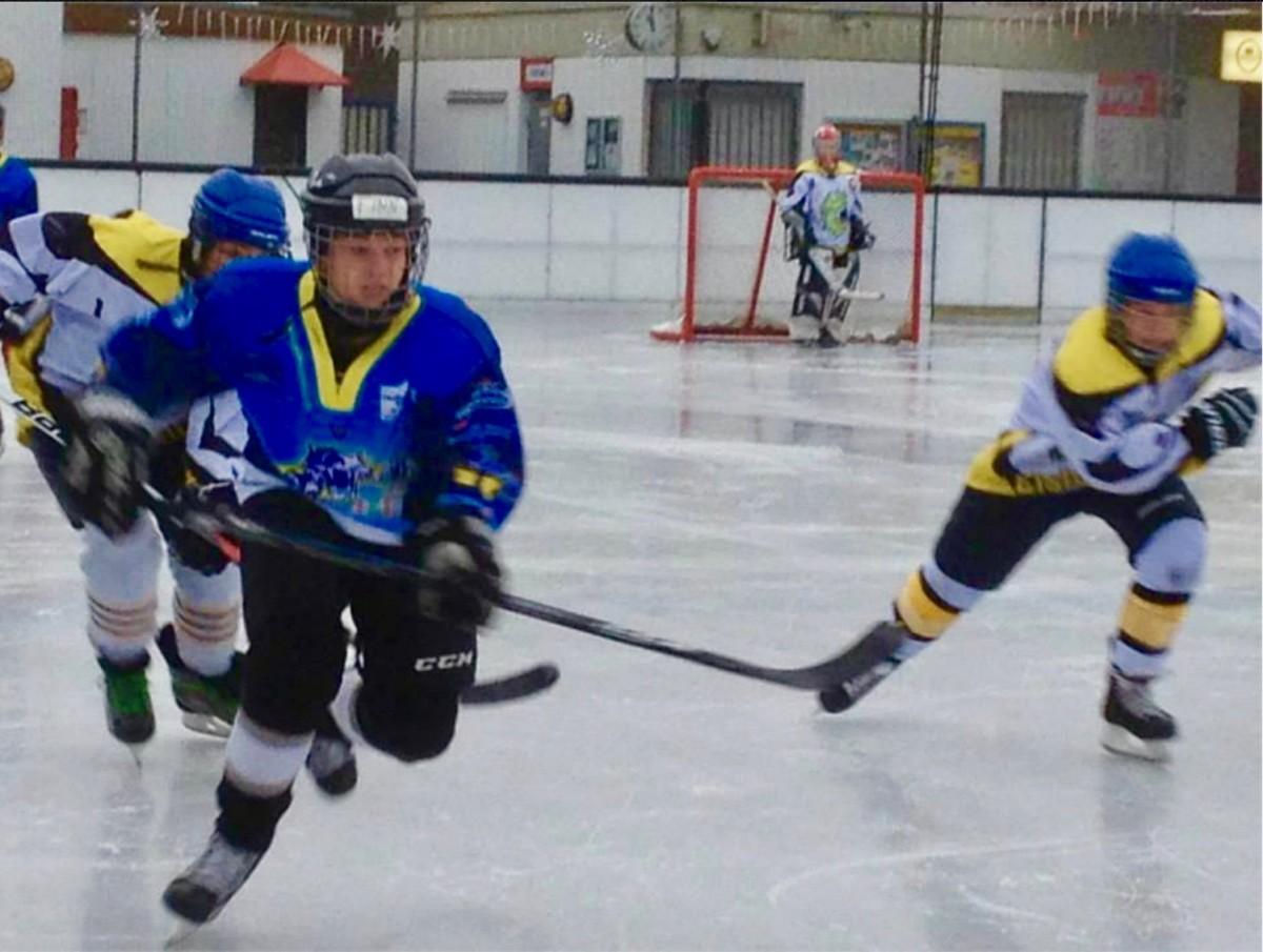 Neu: Jungen beim Eishockey-Training. Das bleibt in Wiesbaden Dank Ihrer Hilfe möglich!