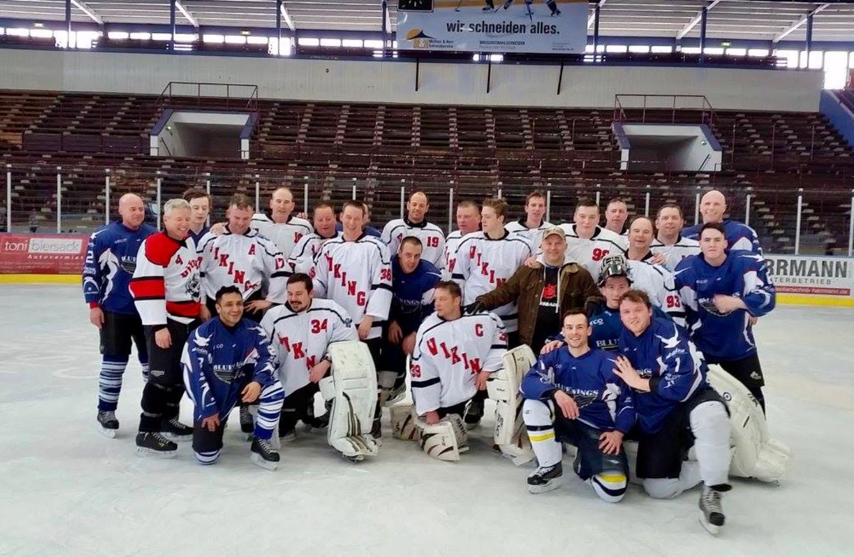 Eishockey auf der Henkell-Kunsteisbahn: Gruppenfoto der Vikings in weißen und blauen Trikots