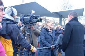 Fleißig Unterschriften gesammelt: OB Sven Gerich beim Fernseh-Interview über die Henkell-Kunsteisbahn