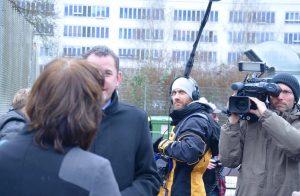 Fleißig Unterschriften gesammelt: Team beim Dreh des Fernsehinterviews