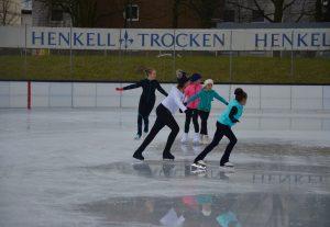 Fleißig Unterschriften gesammelt: Eisläuferinnen auf der Henkell-Kunsteisbahn