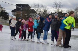Fleißig Unterschriften gesammelt: Kette aus Eisläufern auf der Henkell-Kunsteisbahn