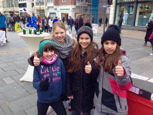 Beifall für die Pläne: Eisprinzessinnen beim Sammeln von Unterschriften