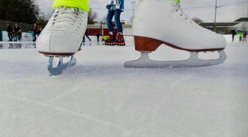 Die erste Schicht Eis ist schon drauf - Bald können alle auf die Eisbahn!