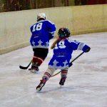 Kontakt: Mädchen und Junge beim Eishockey