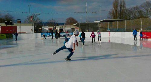 Mehr Gäste: Foto Eisbahn mit Eiläufern