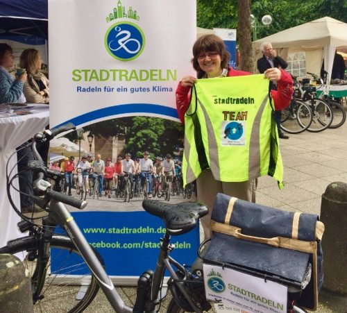 Erfolgreich beim Stadtradeln: Julia Kleinhenz hält das Siegertrikot hoch