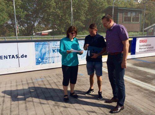 Frau Kleinhenz mit Herrn Baum von der Mattiaqua und Herrn Mannhardt, dem Leiter der Henkell-Kunsteisbahn