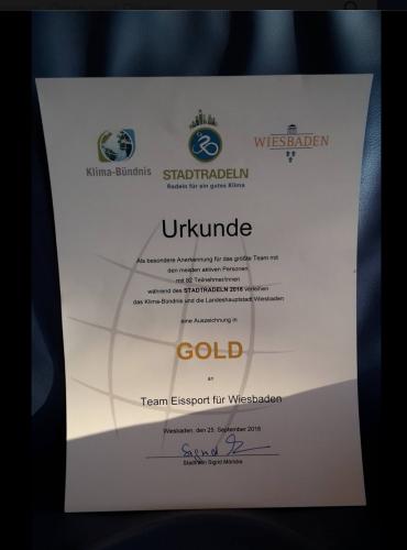 Ordentlich Abgeräumt hat der Förderverein Eissport für Wiesbaden e.V. bei der Siegerehrung des Stadtradeln. Hier die Urkunde.