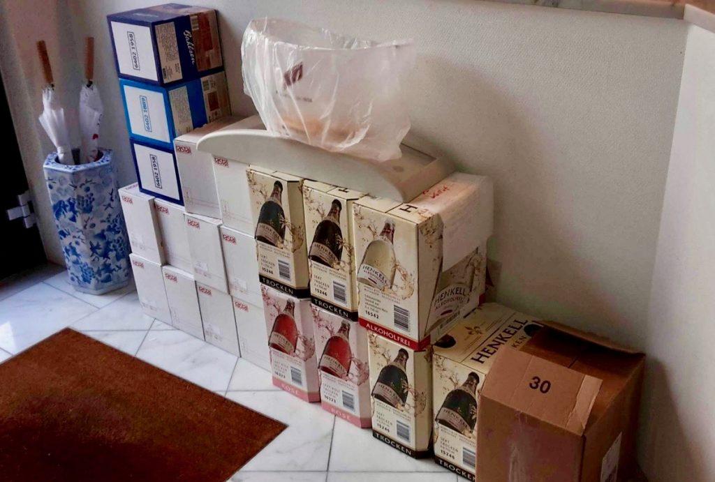 Vorbereitungen: Kartons voller Sekt im Hausflur