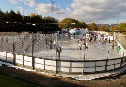 Eröffnung 17 und Standortanalyse: Blick von Außen auf die Eisbahn mit Besuchern