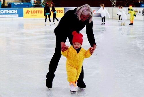 ESWE Eiszeit: Mutter und kleines Kind beim Eislaufen