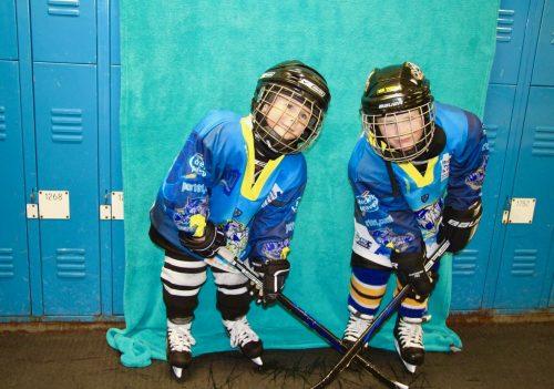 Heimspiel Ice Tigers: Zwei kleine Spieler in Eishockeykluft