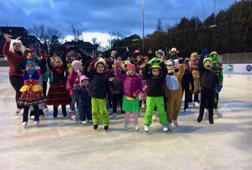 Die Vorparty zur Faschingsparty: Gruppenfoto kostümierte Eisläufer