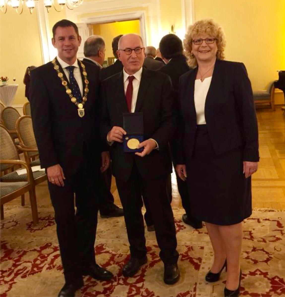 Herbert Reck bei der Verleihung der Ehrenmedaille in Gold durch die Landeshauptstadt Wiesbaden