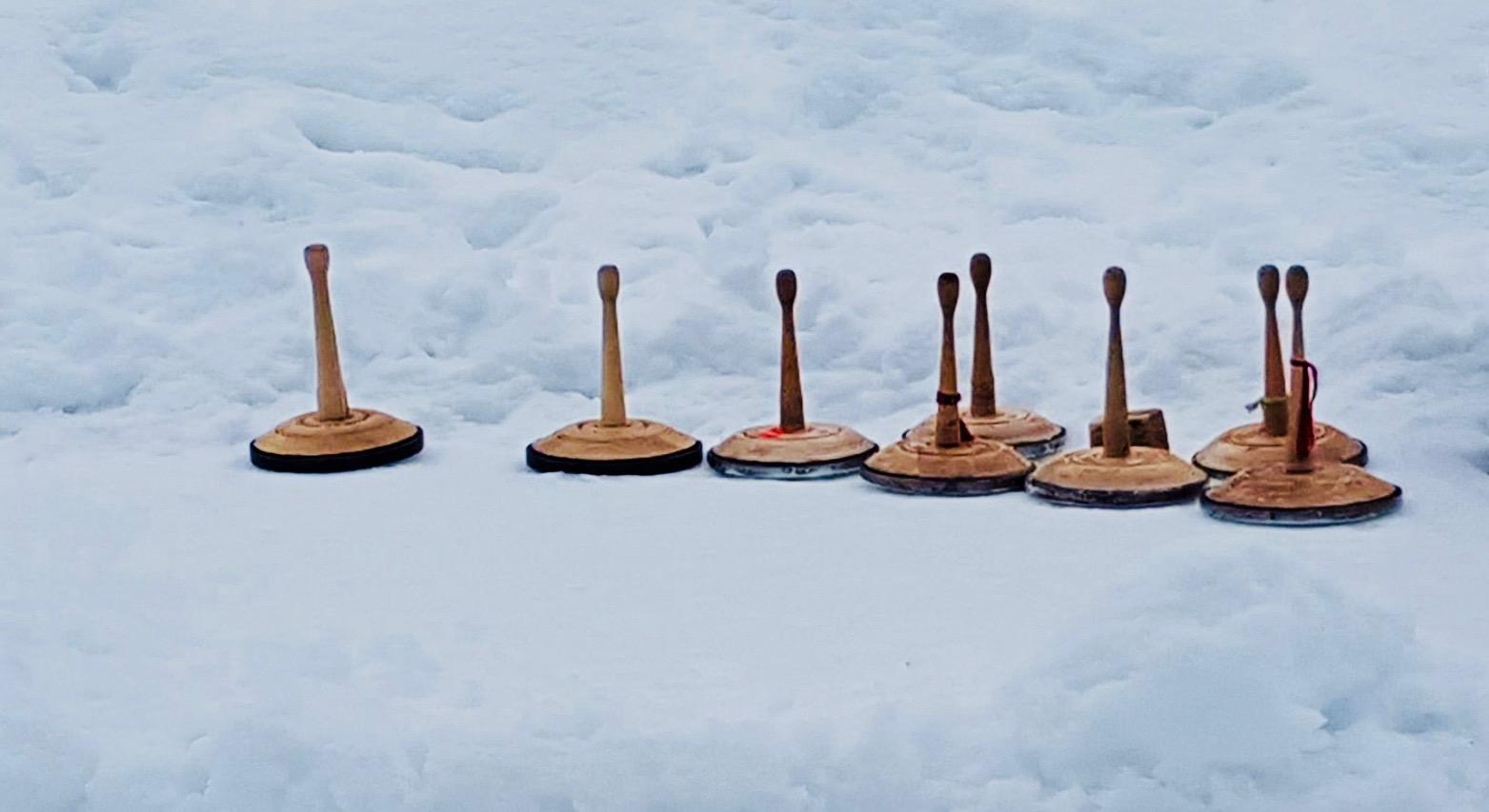 Sponsoren Cup im Eisstockschießen: Foto Eisstöcke im Schnee