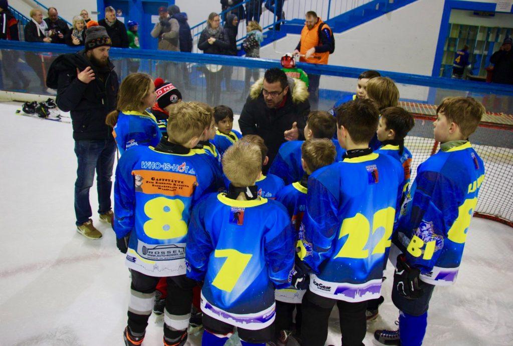 2. Platz für Ice Tigers beim KidsCup: Mannschaft mit Trainer auf dem Eis