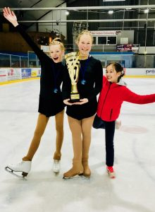 3. Wiesbadener Eislilien-Cup: Siegerinnen mit Pokal