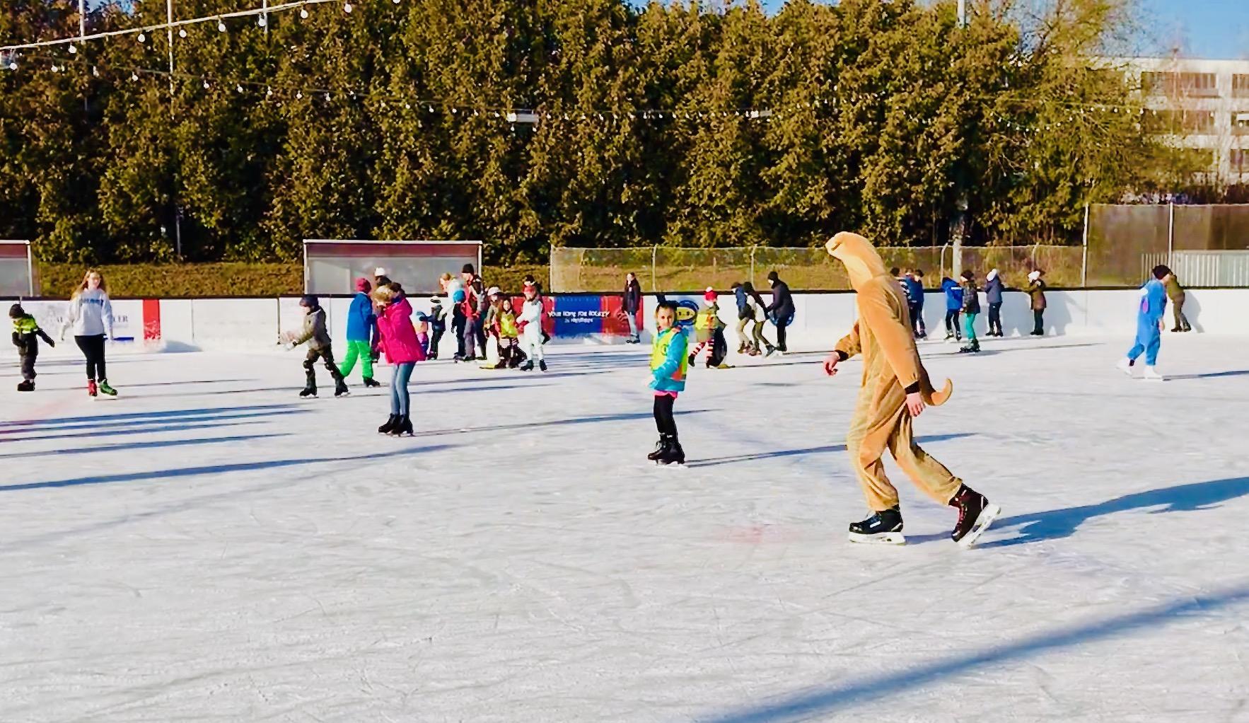 Faschings-Eislaufen auf der Henkell-Kunsteisbahn im Jahr 2018