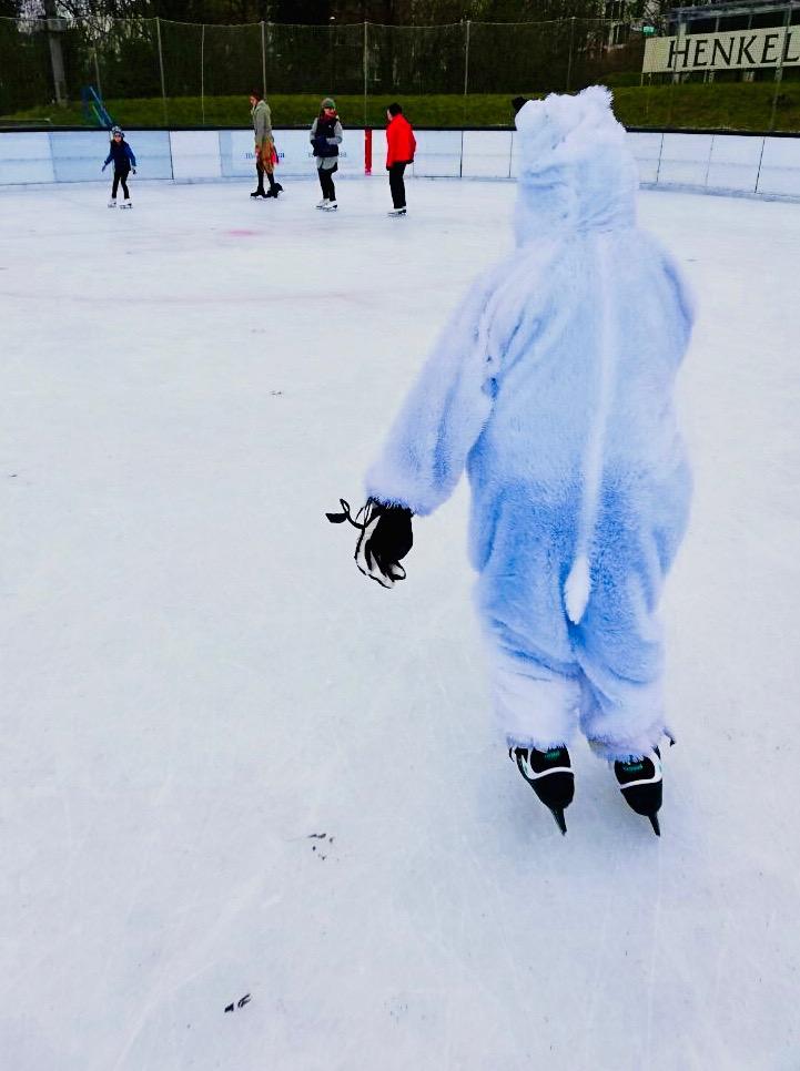 Die farbenfrohen Kostüme strahlten beim Faschings-Eislaufen 2019 auf der Henkell-Kunsteisbahn um die Wette